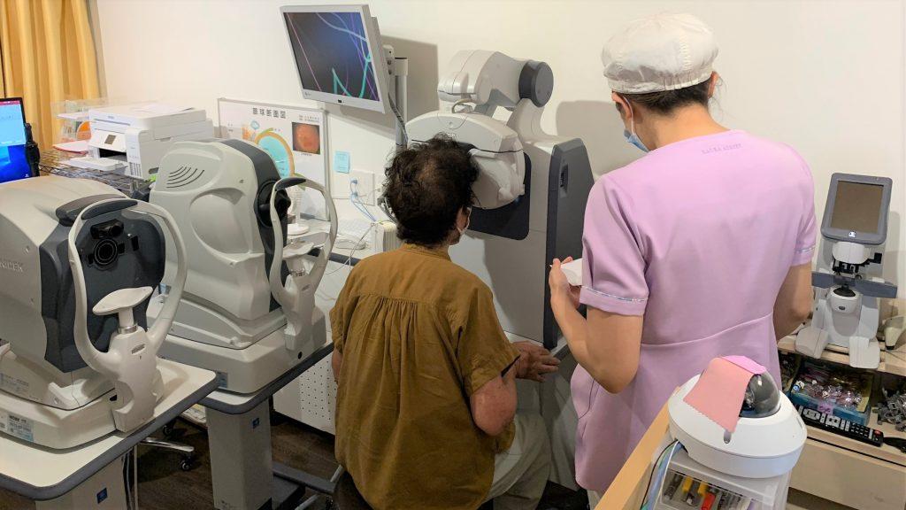 診察室で岩崎さんが視力測定を行っている画像。