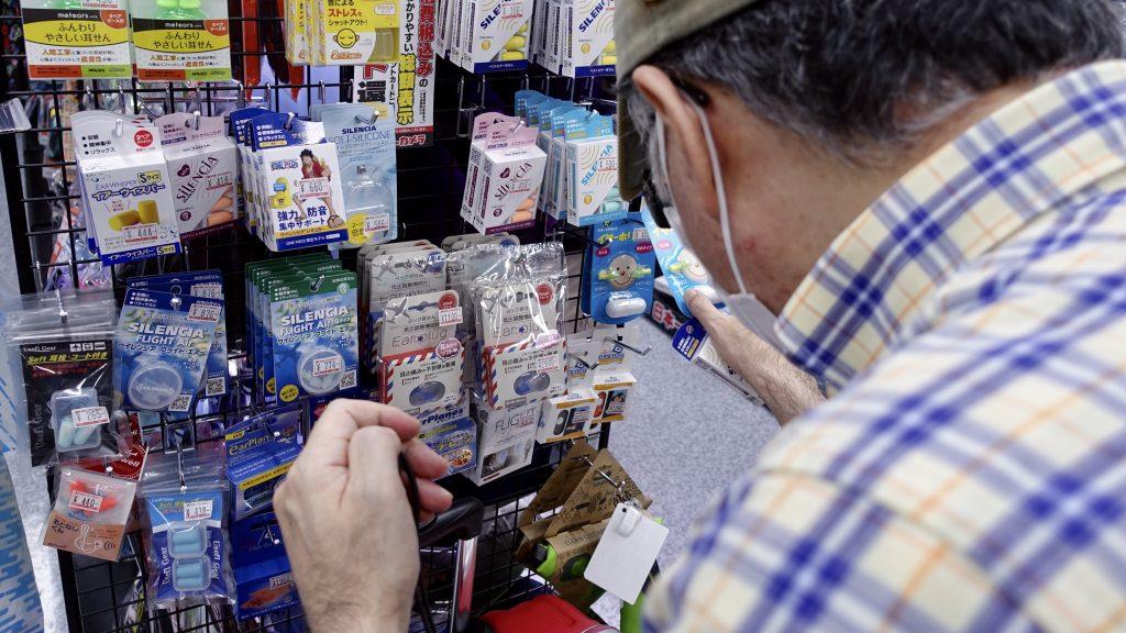 家電量販店で商品を探す鈴木さんの画像。