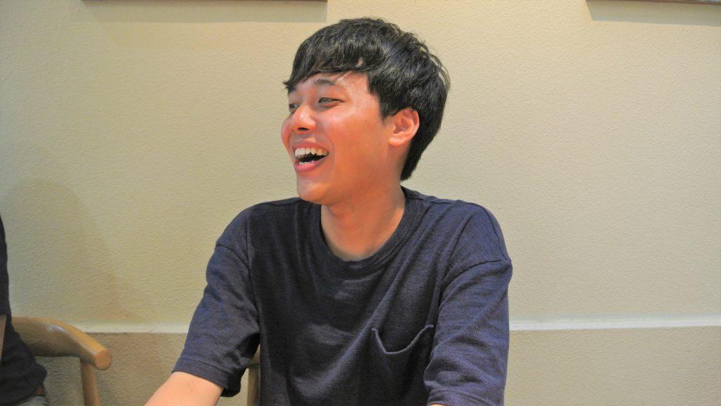 三輪さんが笑顔でインタビューに答えている画像