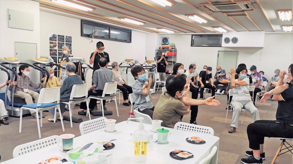 施設の中で運動プログラムを行っている画像。