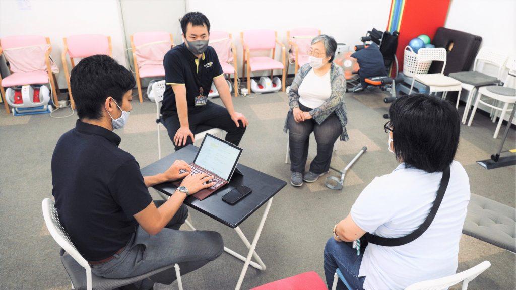 吉野さん、舟越さんとスポットライトのスタッフ2名がお話している画像。