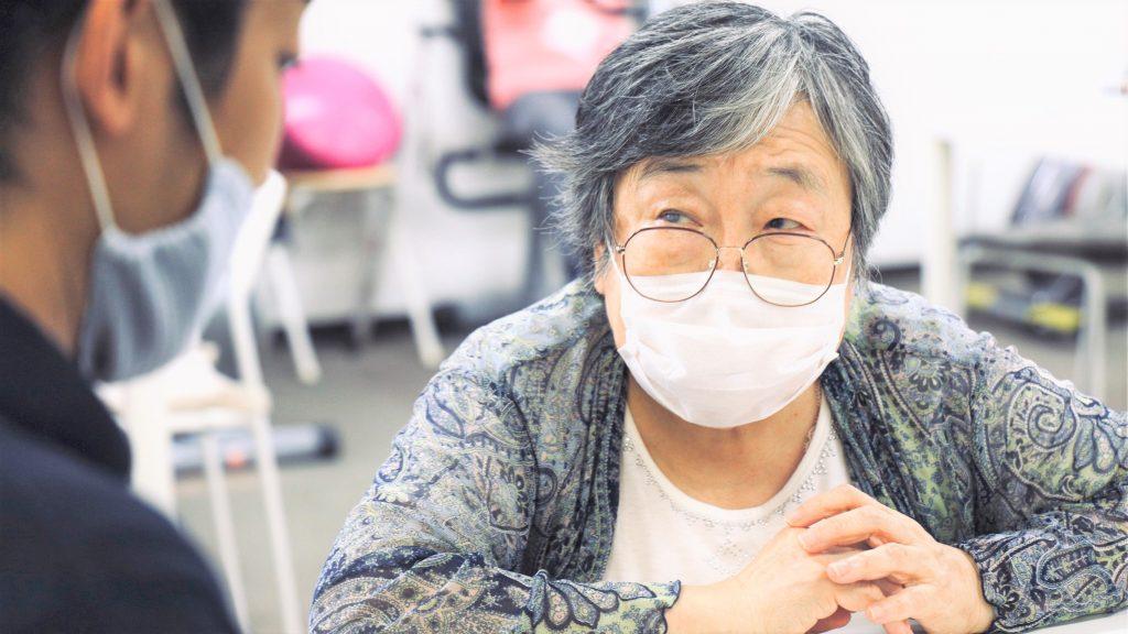 吉野さんが真剣な顔でお話する画像。
