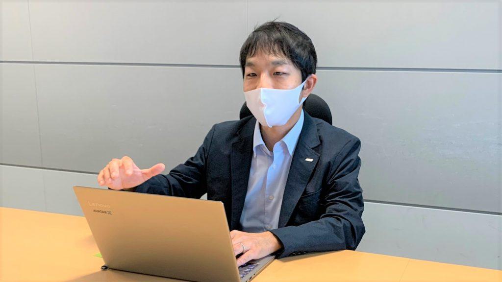 大澤さんが真剣な表情でインタビューに答える画像。