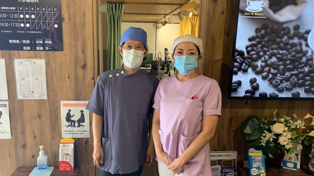 診察室の前で眞鍋さんと岩崎さんが並んで笑顔で立っている画像。