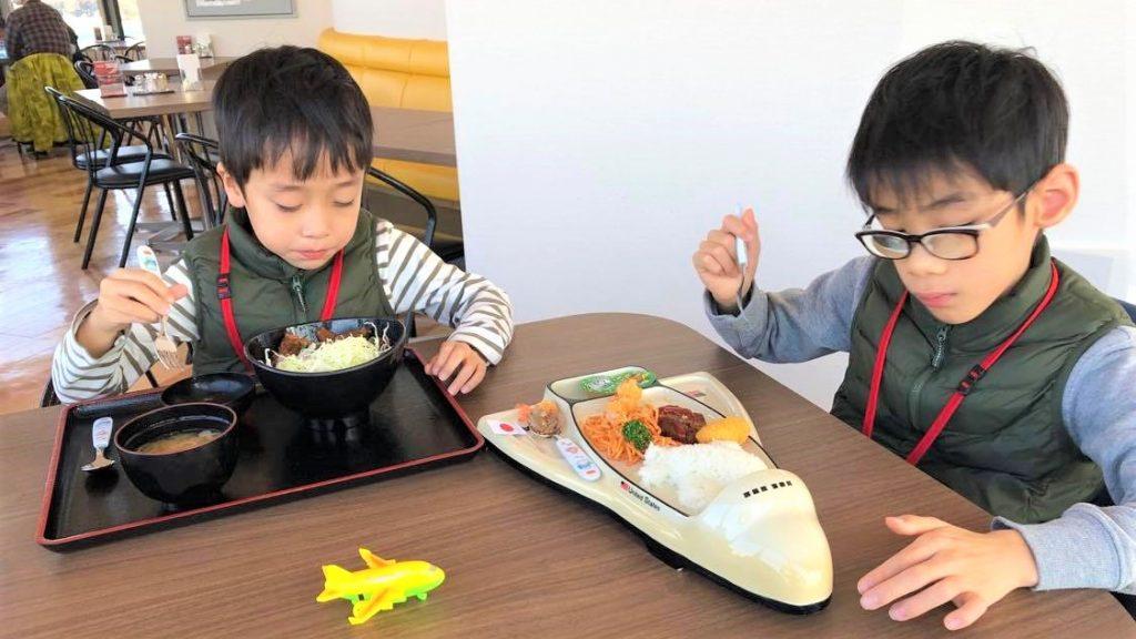 お子さん2名がレストランで食事をしている画像。