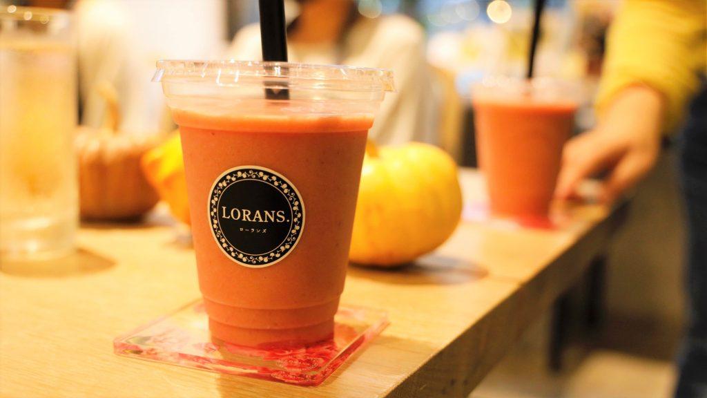カフェの店内でフルーツのスムージーをアップで撮影した画像。