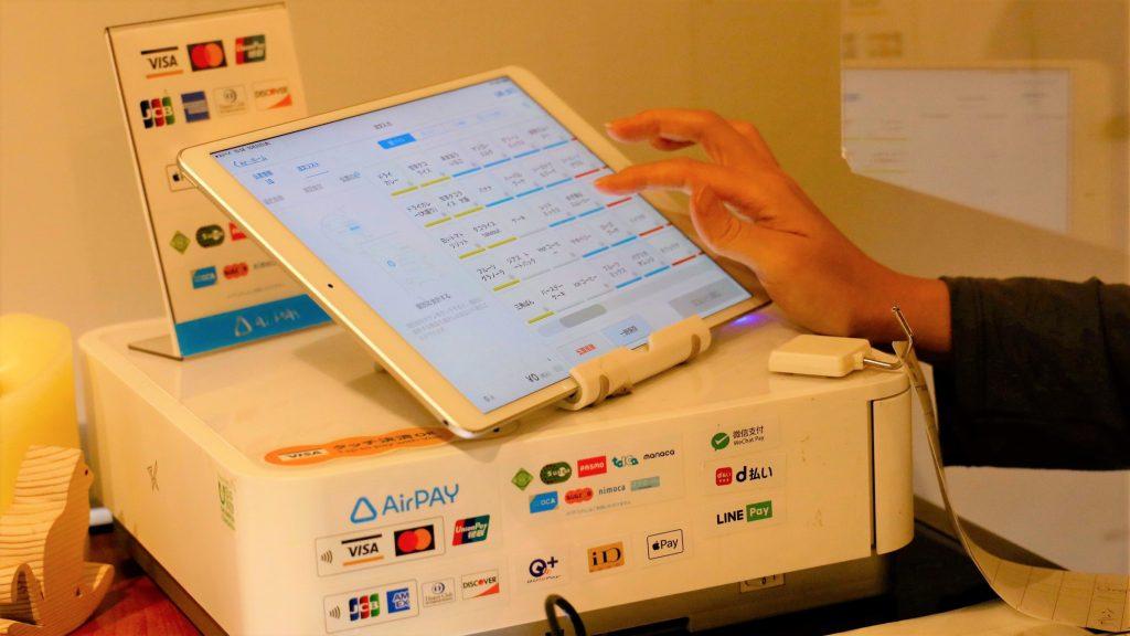 レジに設置されたタブレットを操作している画像。
