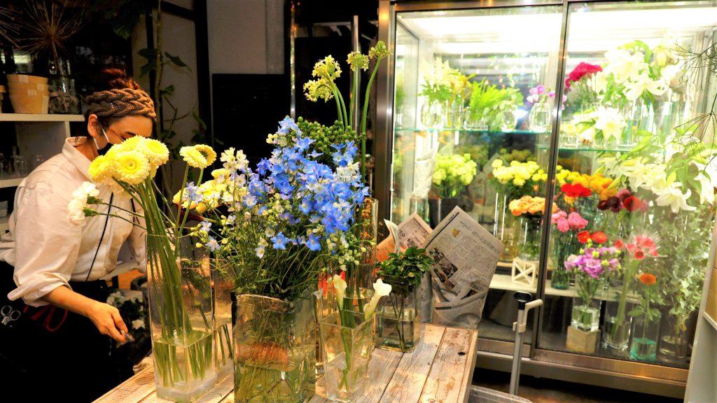 フラワーショップでカラフルな花が展示されている画像。