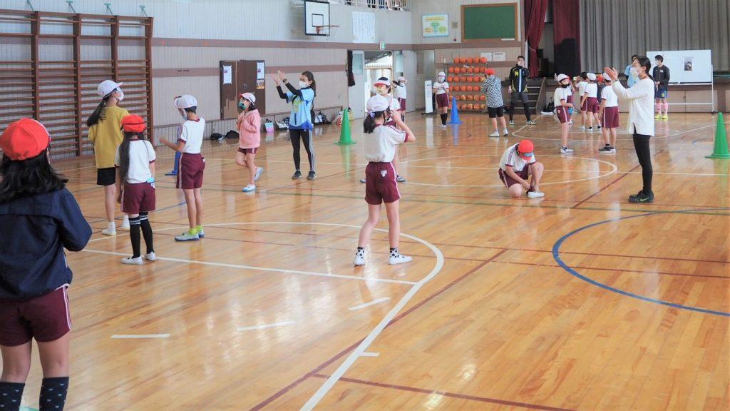 アイマスクをつけた子ども同士が体育館でミニゲームをしている様子