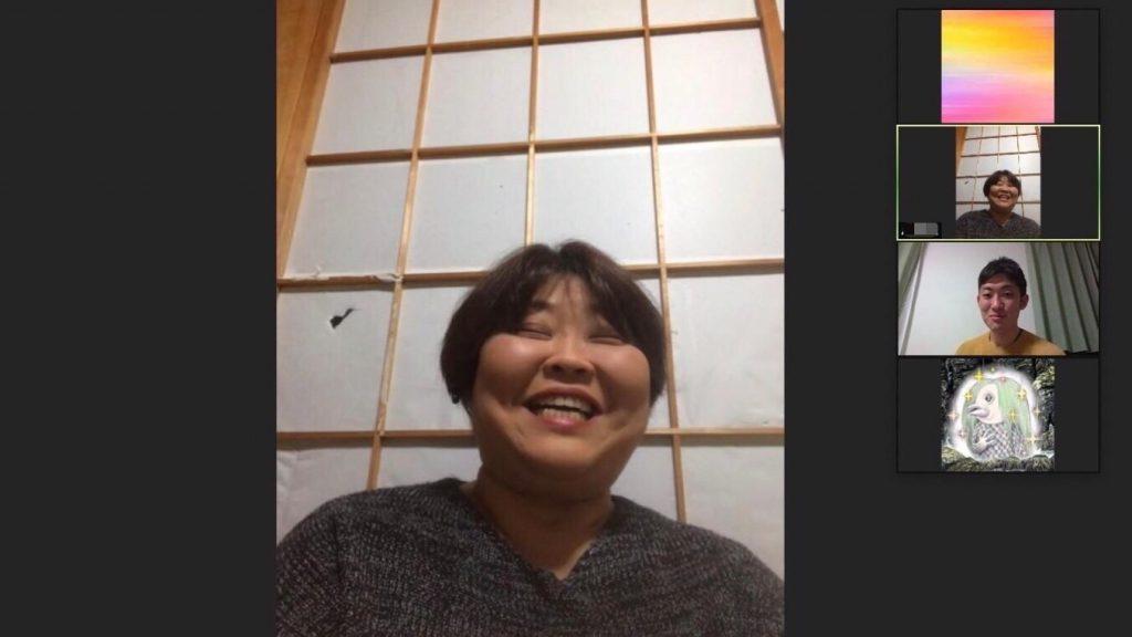 zoomのグループセッションで、視覚障害者が笑顔で質問している様子。