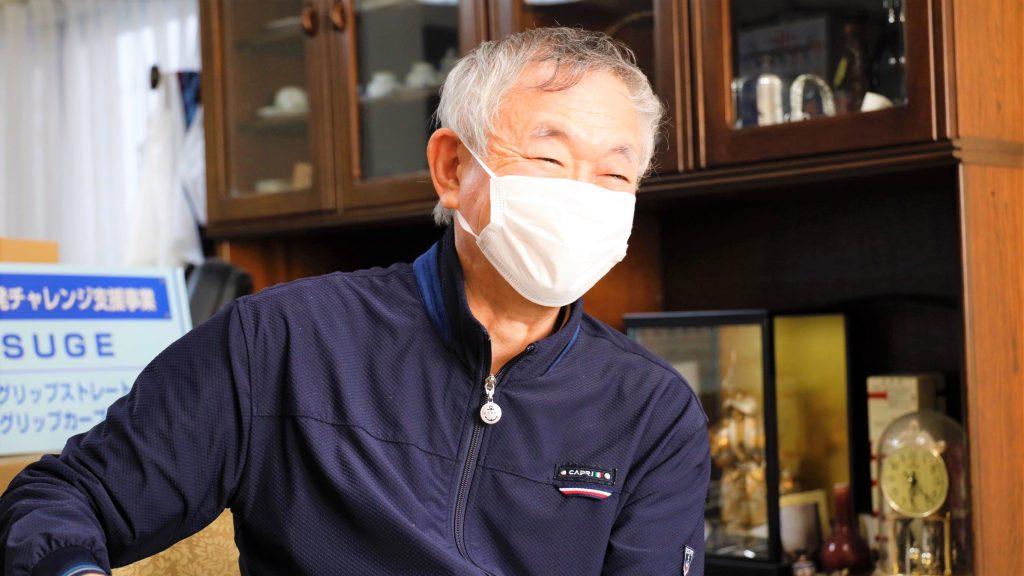 小菅さんが笑顔でお話している画像。