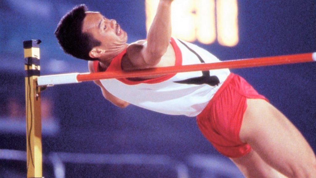 走り高跳びでバーを飛びこえる瞬間の葭原さんの画像。