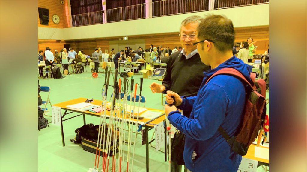 機器展で小菅さんと渡辺が話している画像。