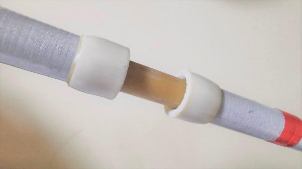 折りたたみ式白杖のジョイント部分の画像。ブレにくくするためのカバーがついている。