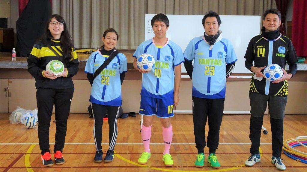 松戸ウォーリアーズのメンバーが横に並んで立っている画像。