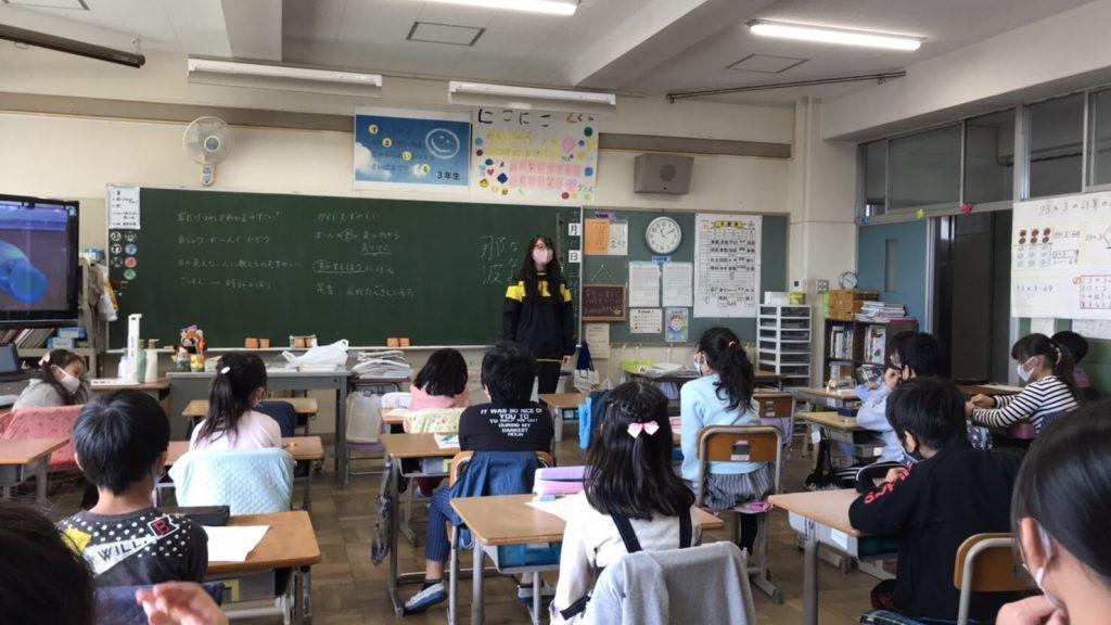 教室で植松さんが児童に対してお話をしている画像。