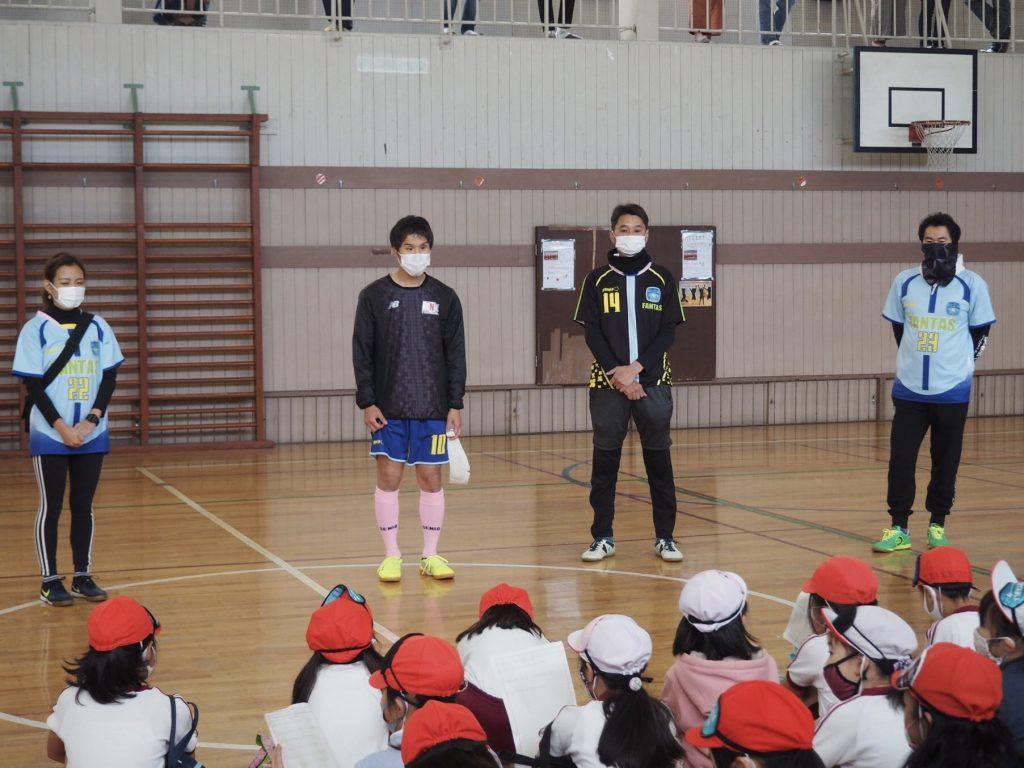 ブラインドサッカーの選手が児童の前で話をしている画像
