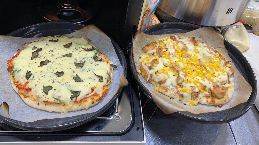 オーブンから出した2枚のピザを撮影した画像