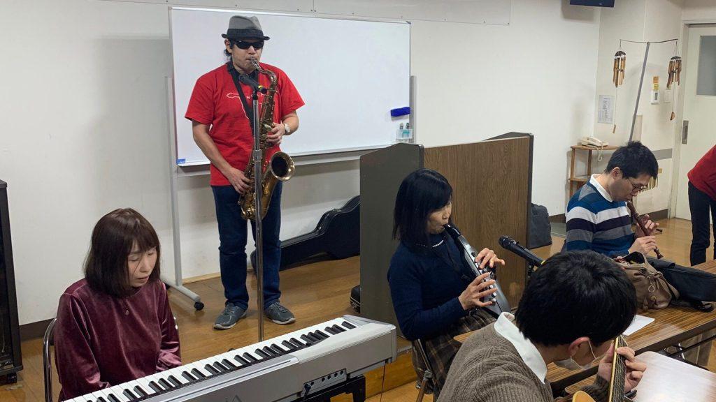 佐野さんのジャズの演奏に合わせて皆さんが楽器を演奏している画像