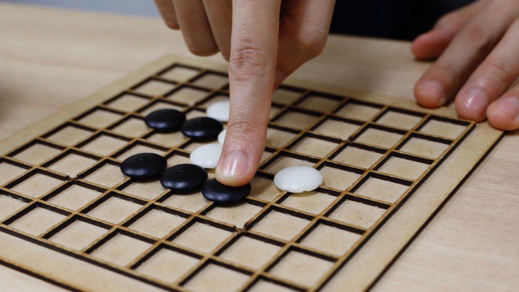 碁を打つ柿島さんの指先