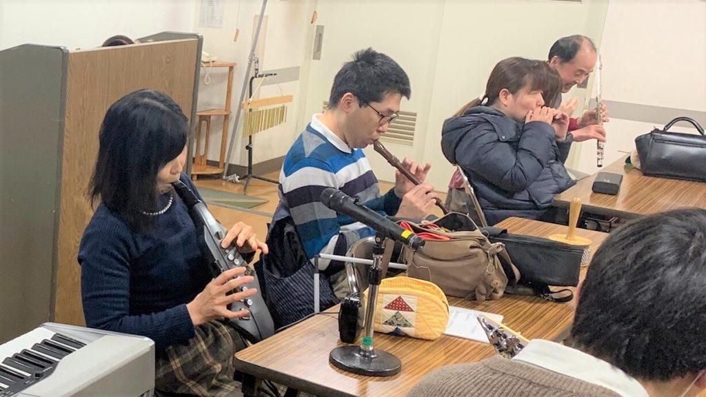 佐野さんの演奏に合わせて参加者がそれぞれの楽器を演奏している画像。